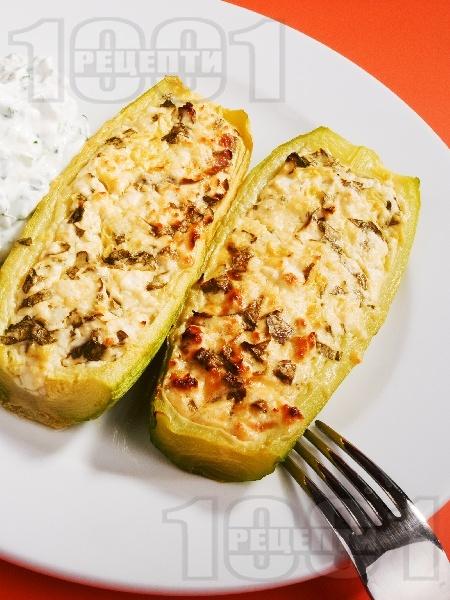 Печени тиквички пълнени със сирене, яйца и магданоз - снимка на рецептата